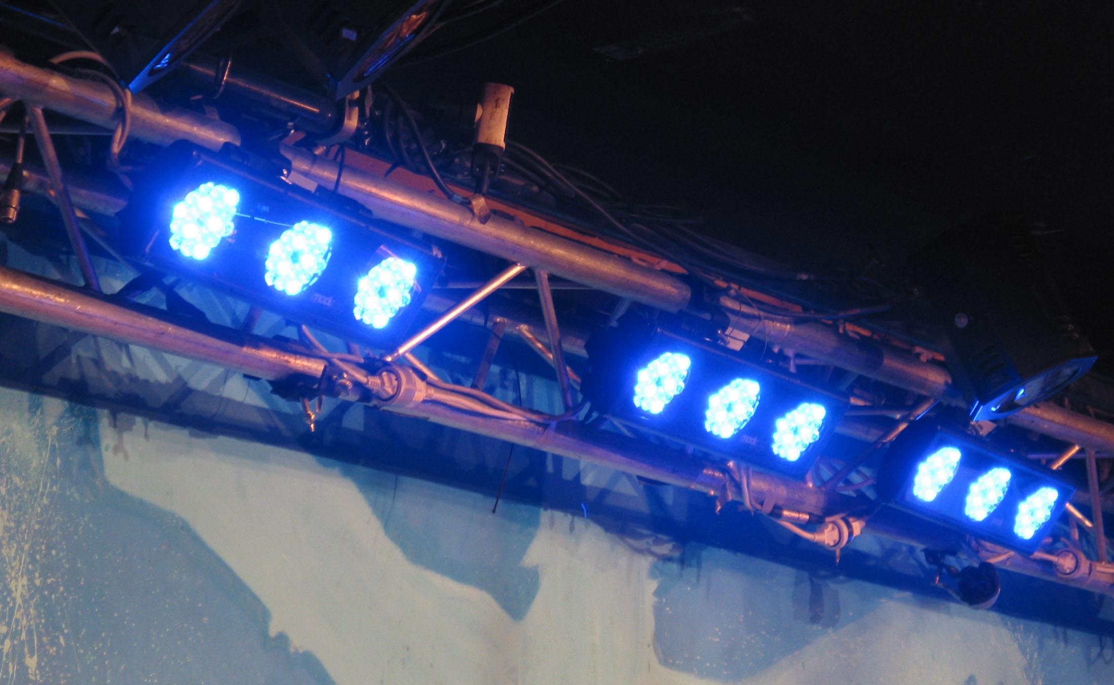 4 Moduled 318 (marque Ayrton) : Pour les contre-jour, 4 Moduled 318 (marque Ayrton), ces éclairages utilisent des lampes à LED d'une puissance de 1 watts en RGB soit 16 millions de couleurs. La Moduled se compose de trois blocs de 18 LED chacun soit 54 en tout